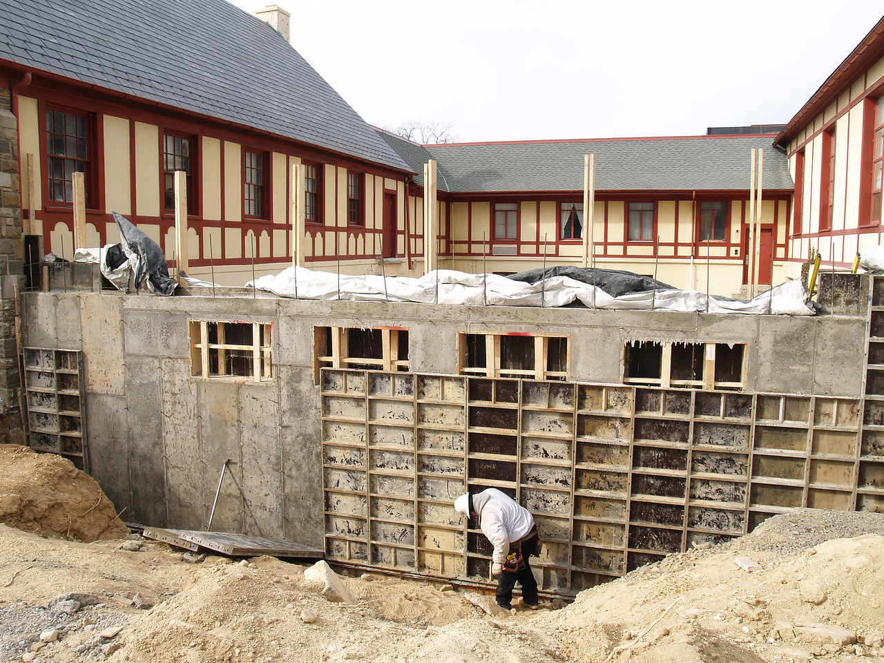 2/12/2007: Courtyard wall is completed.  The molds for the concrete are being removed.