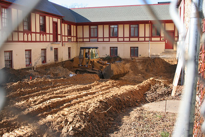 1/4/2007: Excavation in the courtyard.