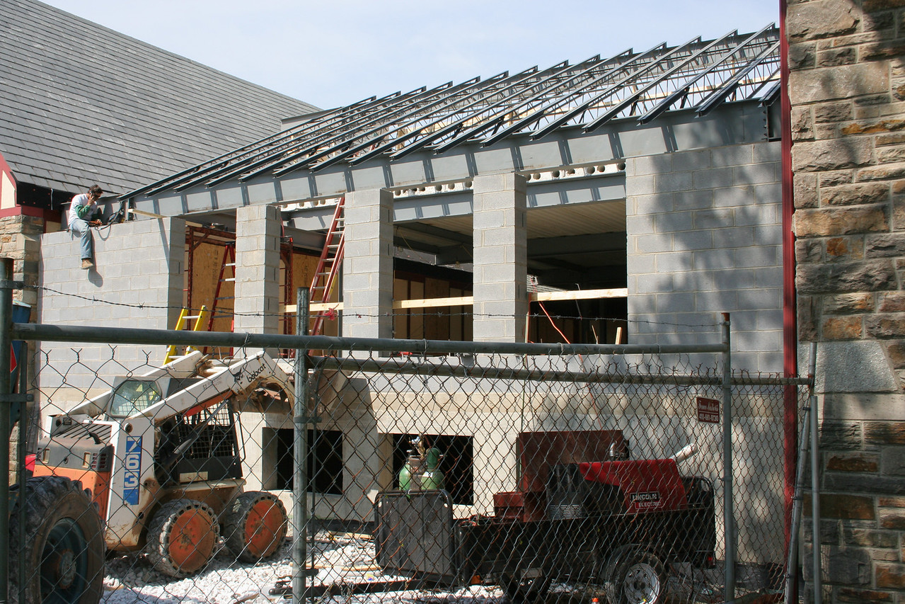 4/25/2007: courtyard building, roofing progress