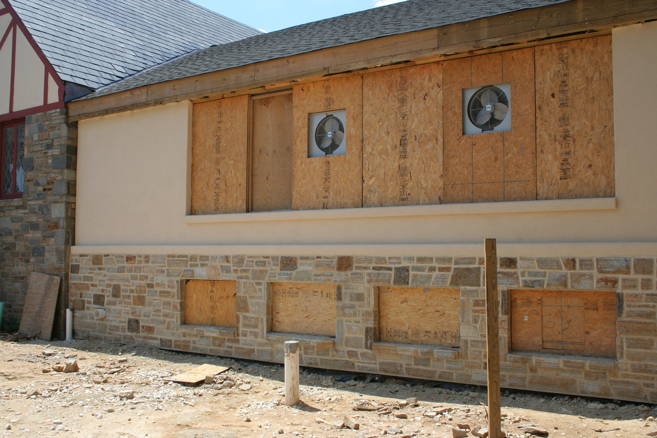 8/12/2007: Stucco & stonework has been done on the front wall of the courtyard portion, but the windows have not yet been installed.