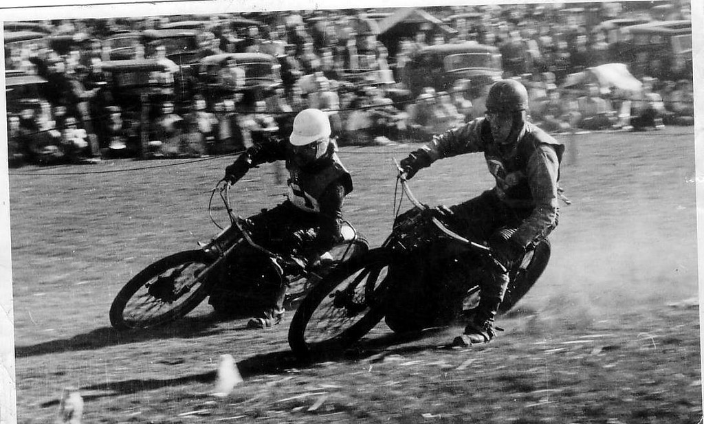 Boony Good on inside, Bingley  Cree outside, Grass Track Racing in Southern England 1949