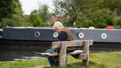 Reading the Paper - Kennet and Avon Canal - West Mills Newbury