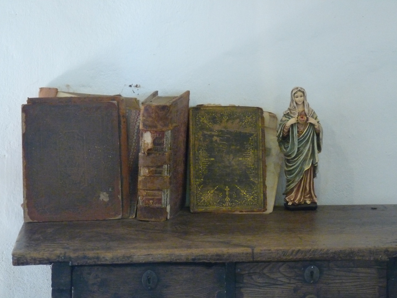 a little book shelf in the Casa de los Padres