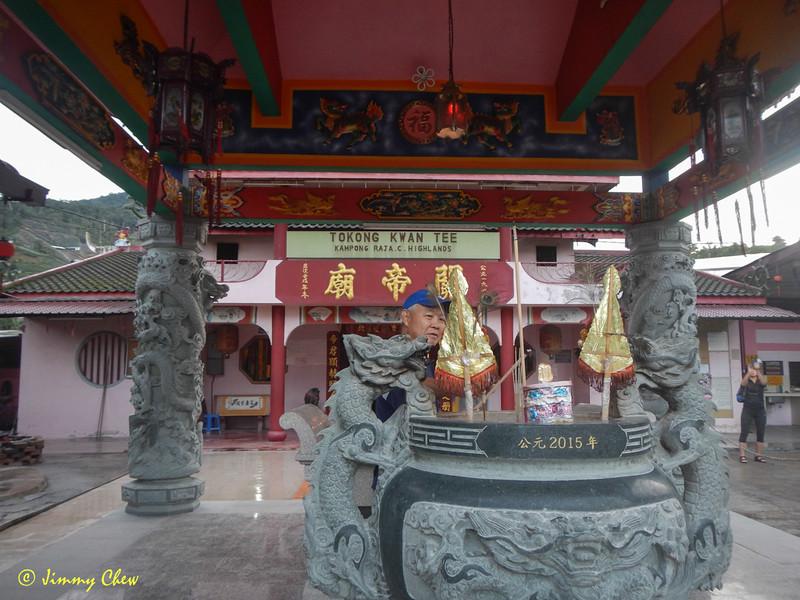 "Pray before departing Kwan Ti temple.<br /> <br /> Album: <a href=""https://www.facebook.com/media/set/?set=a.10154598392598529.1073742084.645243528&type=3"">https://www.facebook.com/media/set/?set=a.10154598392598529.1073742084.645243528&type=3</a>"