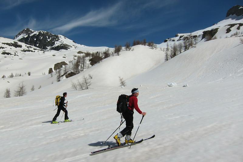 Le mélézin des Alpes du Sud, y'a quand même rien de tel. (Champsaur)<br /> François et Fab sur fond de Vieux Chaillol.