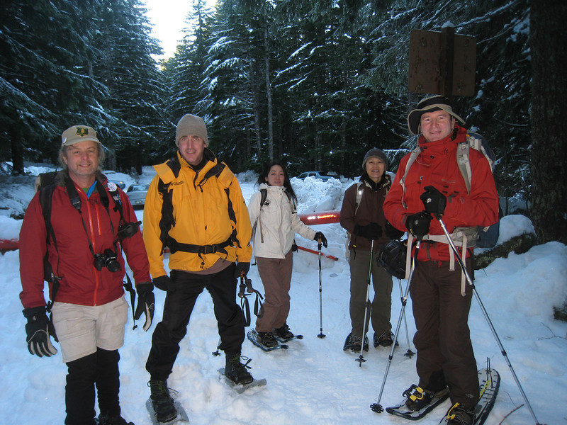 Setting off from the gate at mile 10 on the Larch Mountain Road. <FONT SIZE=1>© Chiyoko Meacham</FONT>