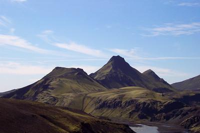 Uxatindar. Farið er inn gil hægra megin við tindana, síðan upp úr því milli þess í miðtindsins og þess sem fjærstur er.