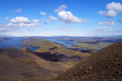 Útsýni til norðausturs og austurs af Sveinstindi. Á sjóndeildarhring sjást Kerlingar lengst til vinstri, Öræfajökull lengst til hægri. Nær eru Langisjór og Skaftá.