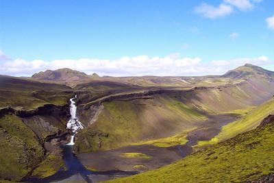 Horft yfir Eldgjá til Ófærufoss, í baksýn er Ljónstindur. Lengst til hægri sést Gjátindur.