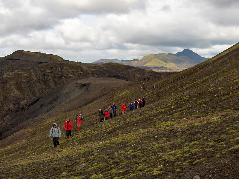 Þarna erum við komin upp úr gilinu fallega norðan Uxatinda, Sveinstindur í baksýn.