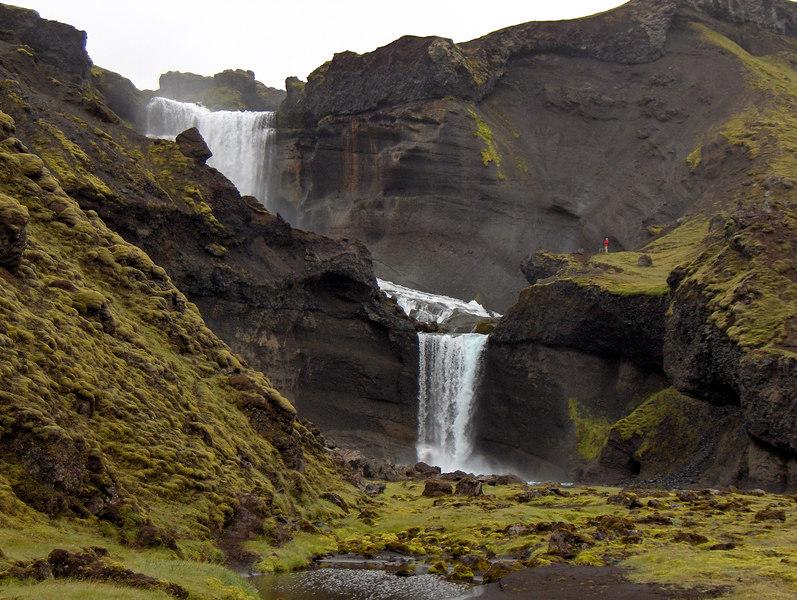 Fossarnir í Nyrðri-Ófæru, maðurinn gefur hugmynd um stærðarhlutföll.