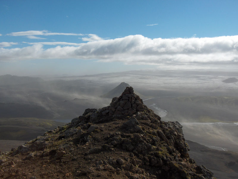 Horft til Mýrdalsjökuls, Mælifell reynir að fela sig bak við vörðu.