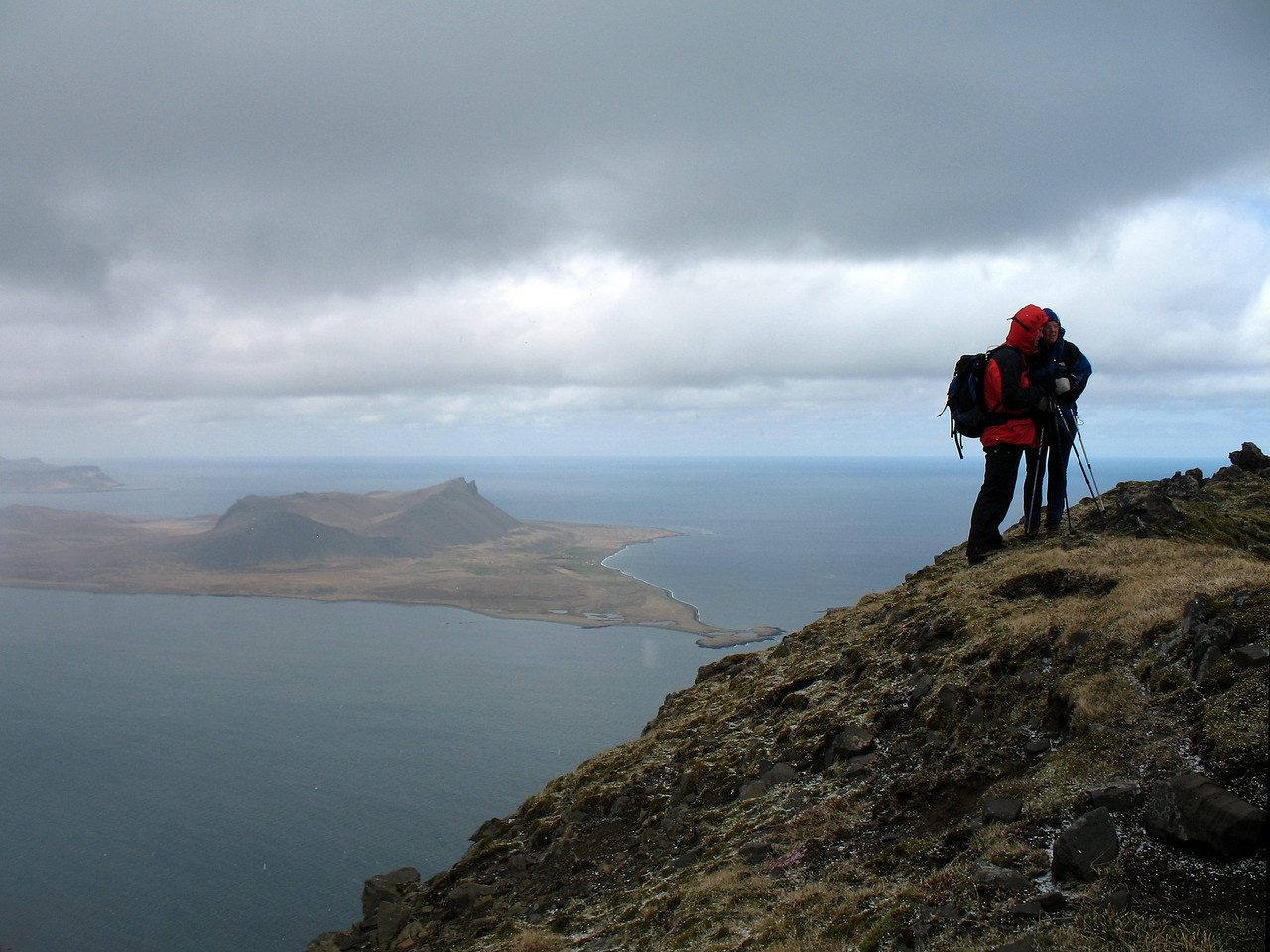 Tommi og María ráða ráðum sínum á Skipþúfu, yfir Kolgrafarfjörð blasir Eyrarfjall við, fjær er Búlandshöfði.