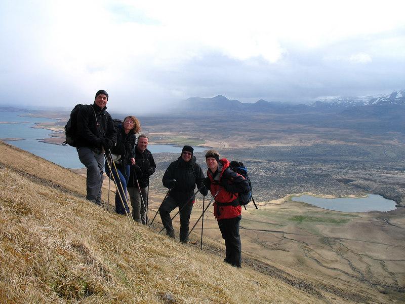 Ekki amalegt umhverfi, fyrir aftan hópinn blasir Berserkjahraun við, lengra í burtu er Drápuhlíðarfjall.