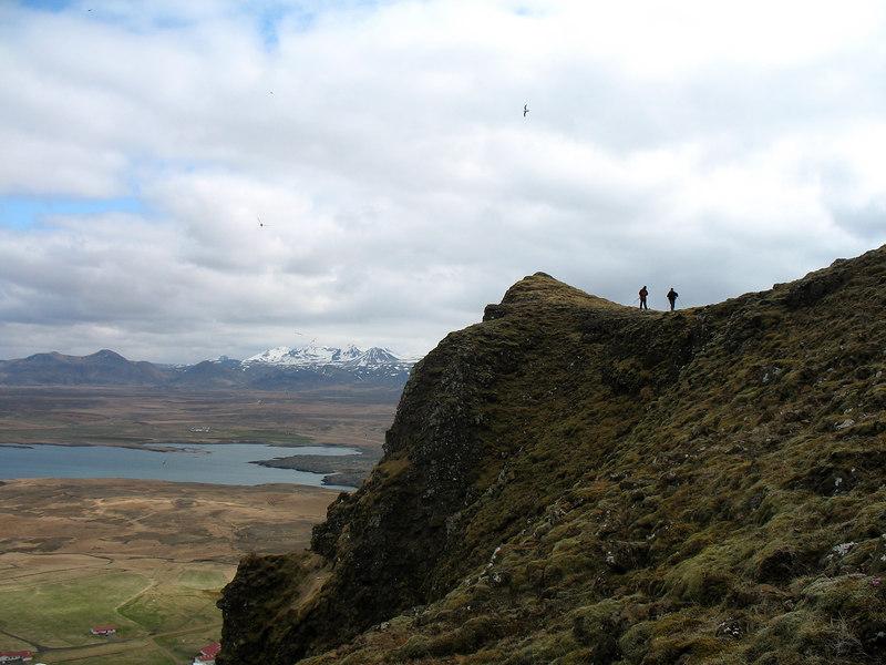 Síðustu menn yfirgefa höfðann (Álfaberg?) og leita niðurgöngu um hlíðina rétt vinstra megin við hann. Í baksýn sést Drápuhlíðarfjall, þá Ljósufjöll.