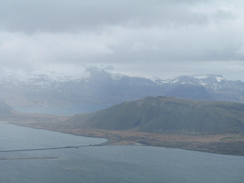 Horft inn Hraunsfjörð, sér til Grundarfjarðar. Hægra megin á myndinni er Kirkjufell, ekki eins fagurt úr þessari átt eins og frá þjóðveginum.