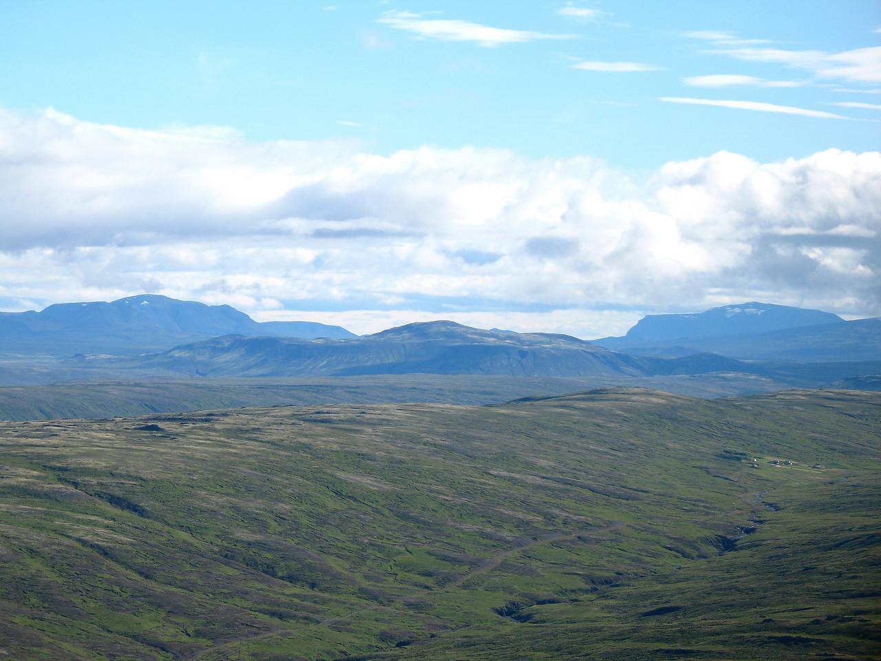 Horft inn á Kaldadal. Lengst til vinstri er Stóra-Björnsfell, þá Þverfell, Hlöðufell gægist yfir Skjaldbreið.
