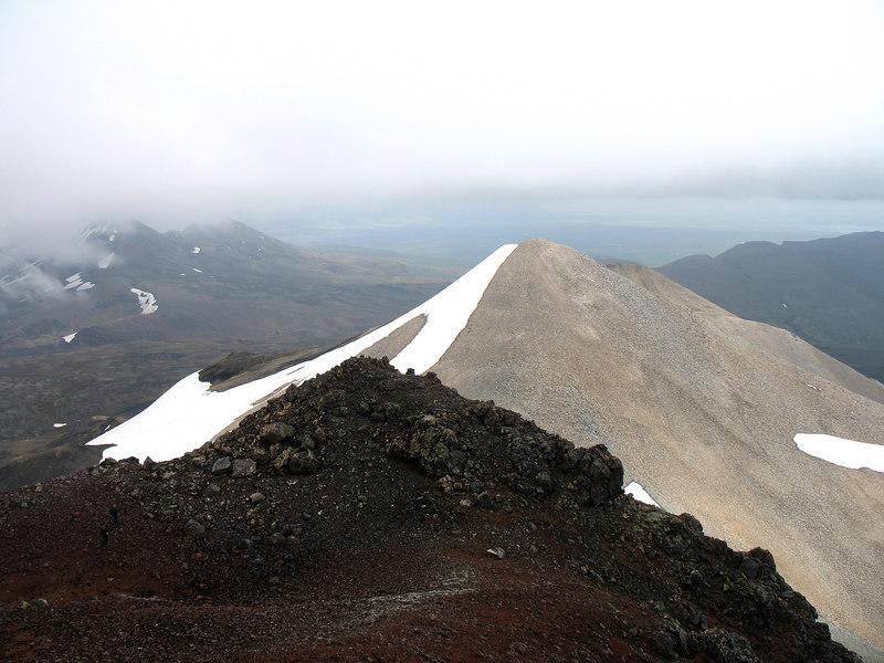 Útsýni til austurs af Miðtindi, hæsta punkti Ljósufjalla. Til vinstri veður Skyrtunna í skýjum, hægra megin við Bleik (og Grána, tindarnir renna saman) sér í Hafursfell.