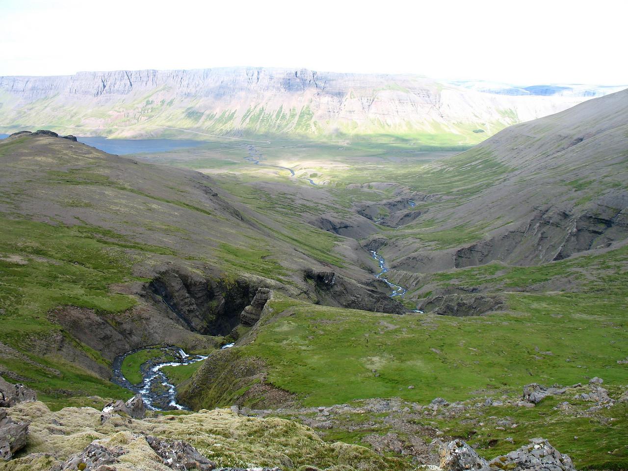 Horft niður með Úlfarsfellsá, sér til sjávar í Álftafirði.