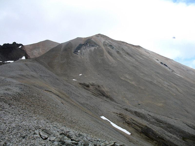 Komin upp á ríólíthrygg suður af Grána.
