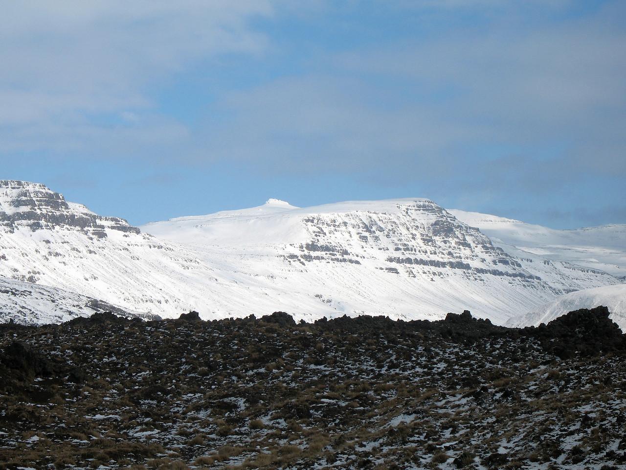 Skálarkambur til vinstri, Geirhnúkur gnæfir yfir Neðrí-Snjódal, Þrætumúli til hægri. Leið okkar lá skáhallt upp hlíðina upp í Neðri-Snjódal, síðan norðanvert í Þrætumúla.