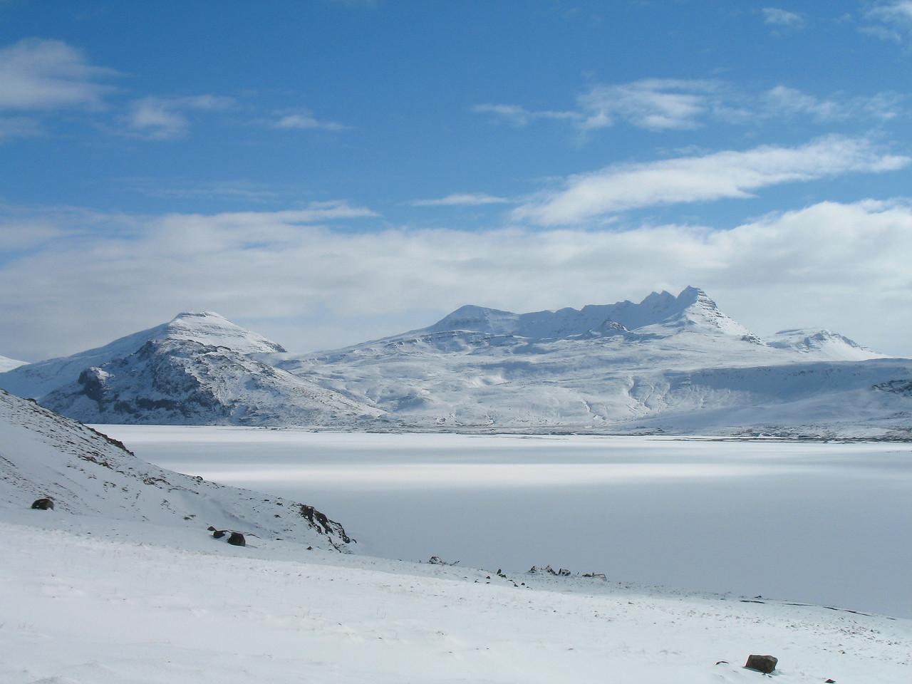 Horft yfir ísilagt Hítarvatn til Foxufells (vinstra megin, við vatnið), Lambahnjúkur þar á bak við, Tröllakirkja og Smjörhnjúkar rétt hægra megin við miðja mynd.