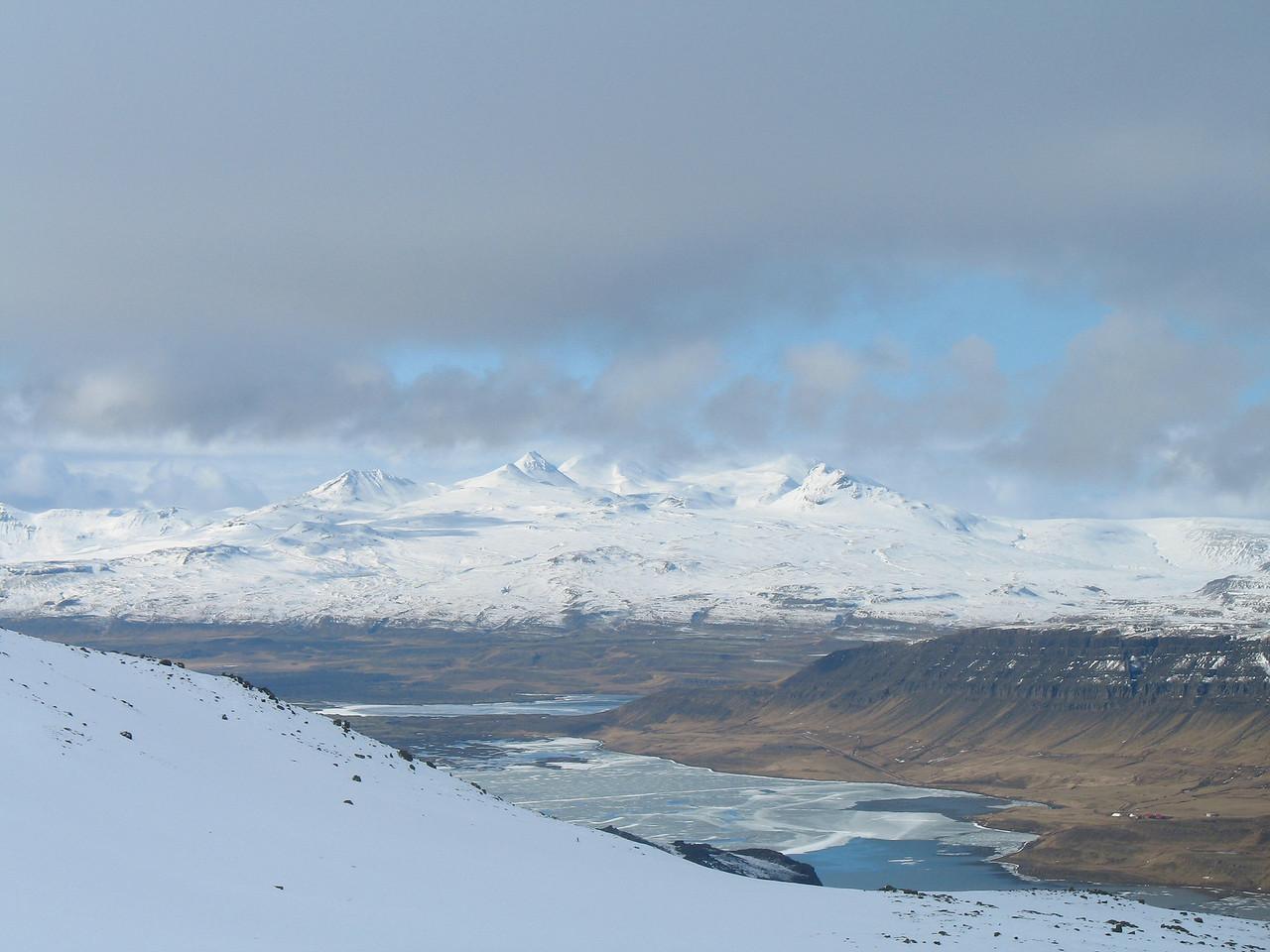 Horft yfir Hnappadal, Hlíðarvatn og Oddastaðavatn næst. Við himin ber Þrífell og Ljósufjöll á bak við þau.