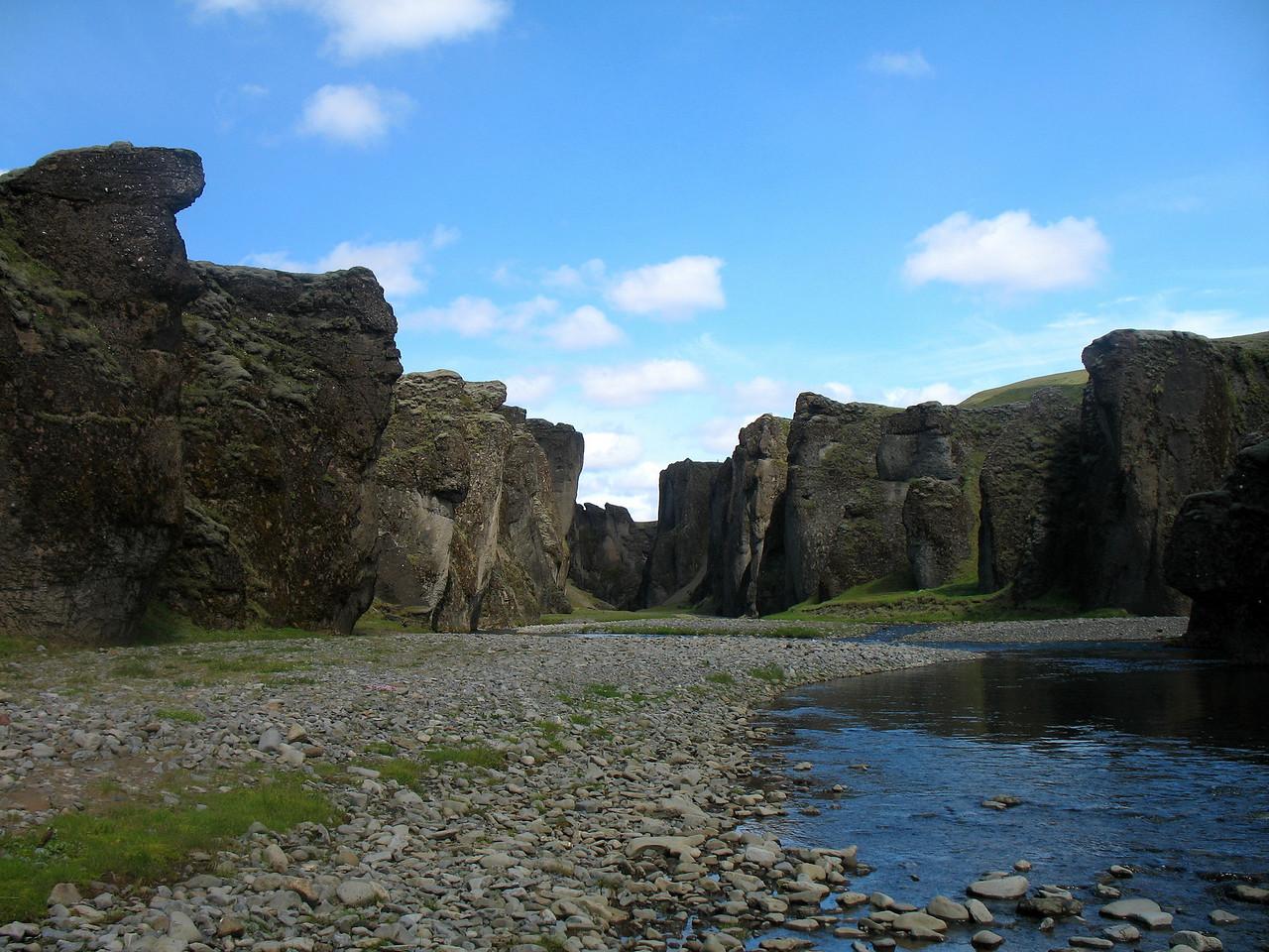 Horft inn Fjaðrárgljúfur innan Hunkubakka, staður sem ekki má láta framhjá sér fara.
