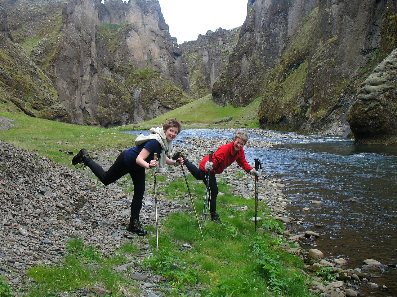 Emilía og Sigríður sýna nýja tækni við að tæma gönguskó af vatni.