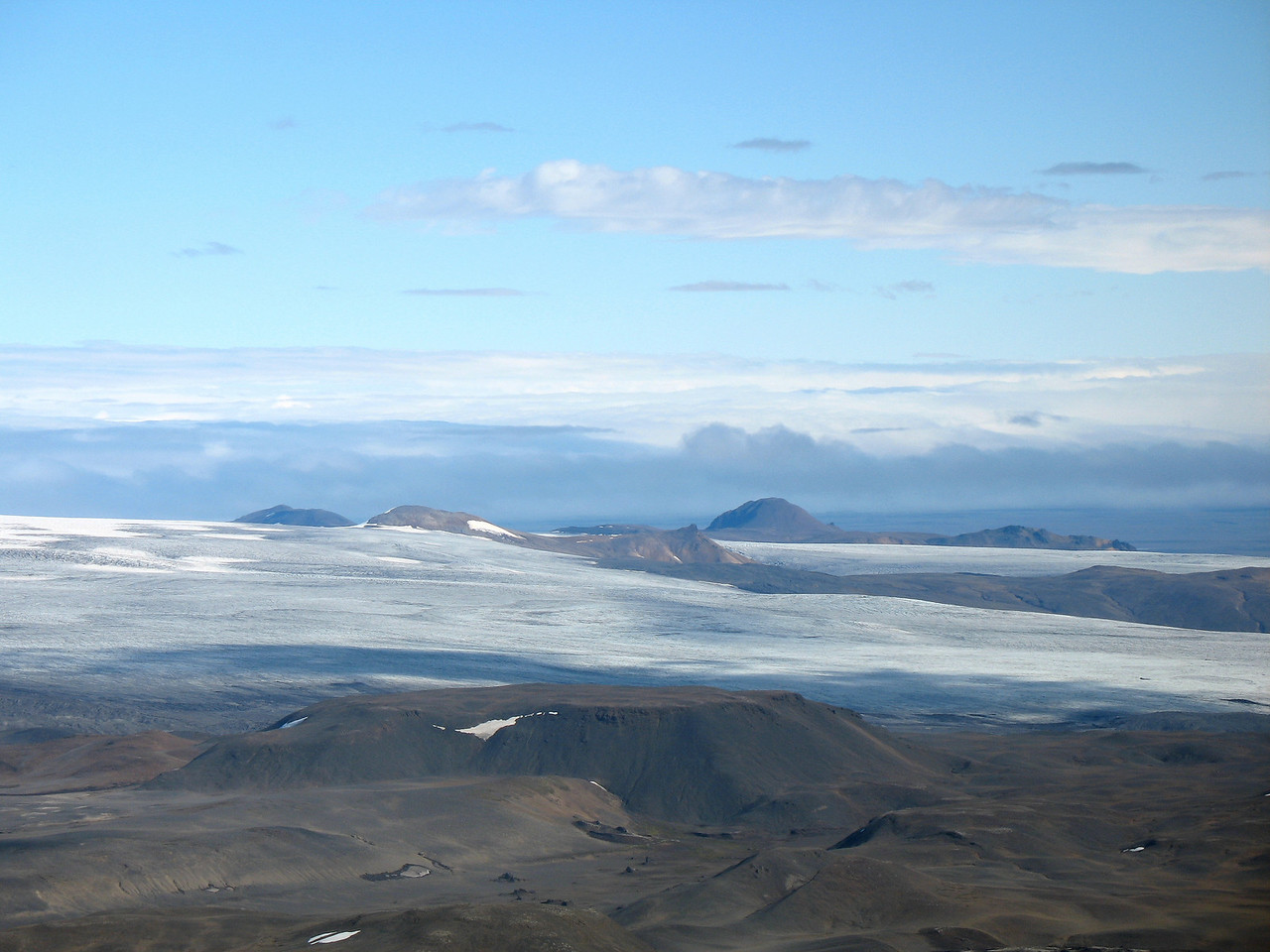 Og hér er horft til norðausturs, Arnarfell hið mikla gnæfir yfir nágranna sína.