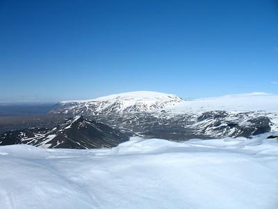 """Hádegisfell næst, síðan """"samsett fjall"""", þarna renna Hafrafell og Eiríksjökull saman í eitt."""