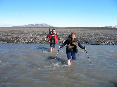 Gunnar og María vaða ónefnda þverá Geitár. Þetta vatnsfall kemur frá Þjófakróki. Í baksýn er Strútur.