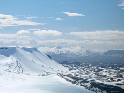 Horft til Botnssúlna, næst til vinstri er brúnin á Þórisjökli, Hrúðurkarlar eru niðri á sléttunni.