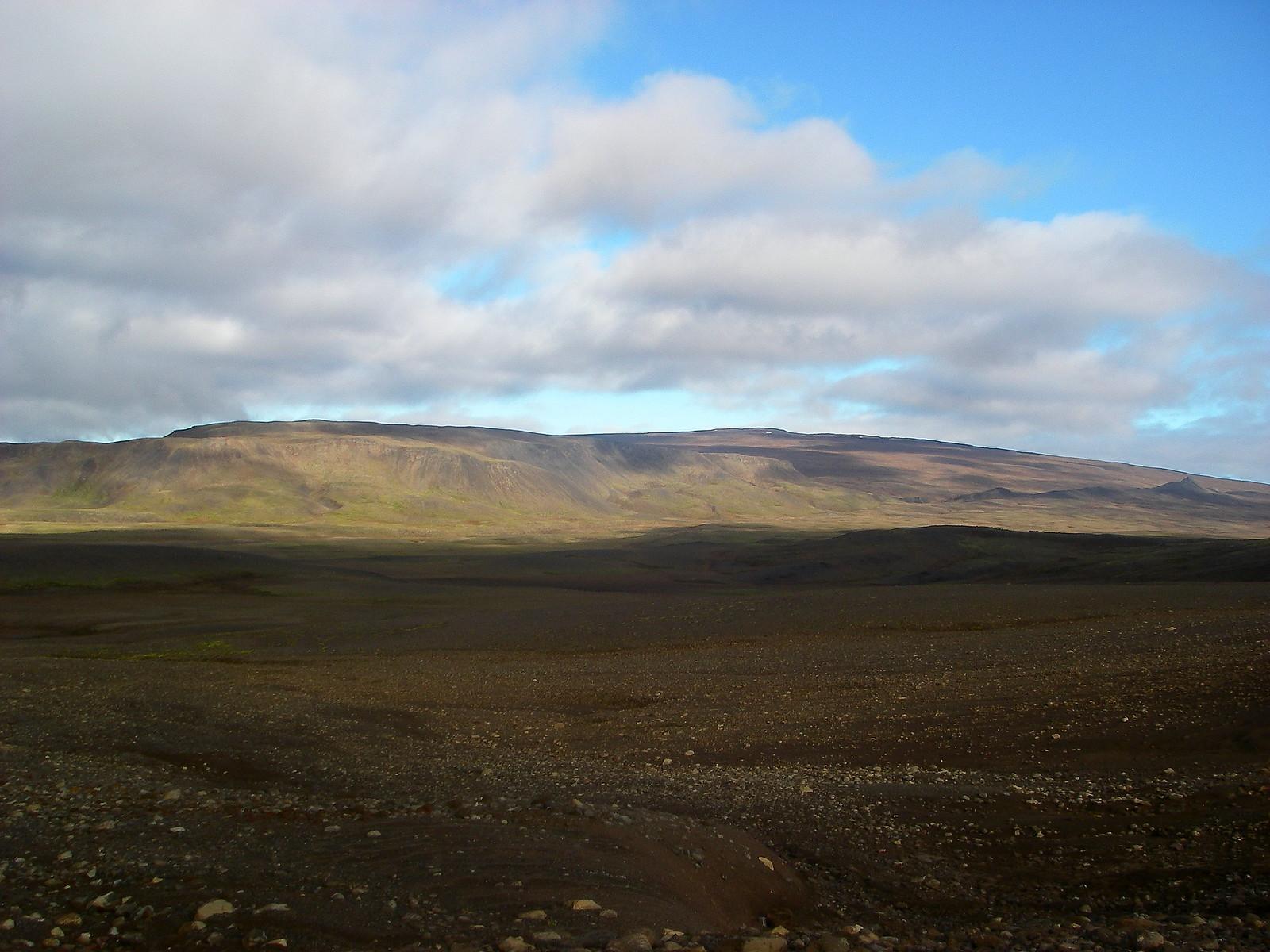 Okið lætur ekki mikið yfir sér frá þessu sjónarhorni - Lyklafell til vinstri, Bræðravirki til hægri.