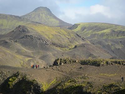 Eftir stutt stopp í Emstruskála var haldið áfram, hér er hópurinn að koma á brúnir árgils Fremri-Emstruárinnar. Í baksýn Stóra-Mófell.