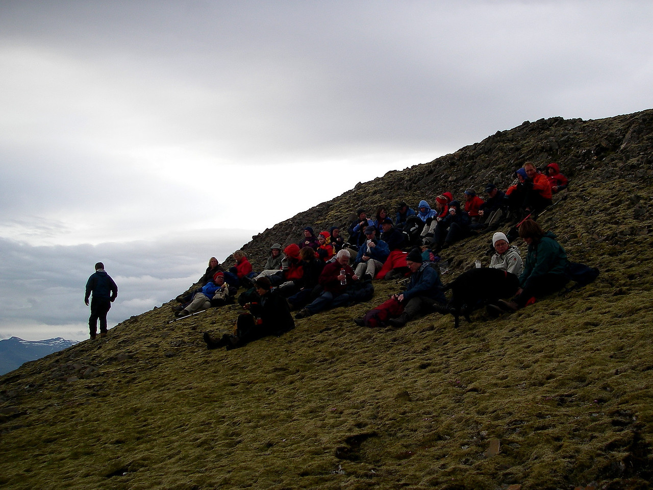 Flestir mættir, sumir lagðir af stað niður. Heiðarhorn í Skarðsheiði lengst til vinstri.