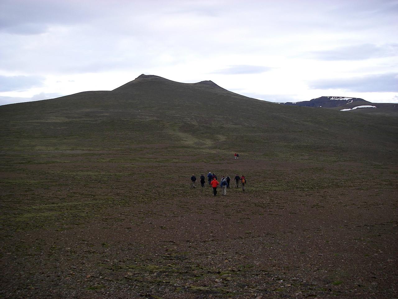 Smáþúfur framundan, glittir í enda Kerhólakambs til hægri við þær.