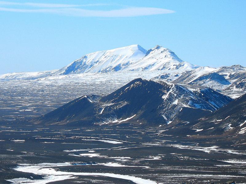 Högnhöfði og Kálfstindur gnæfa við himin.