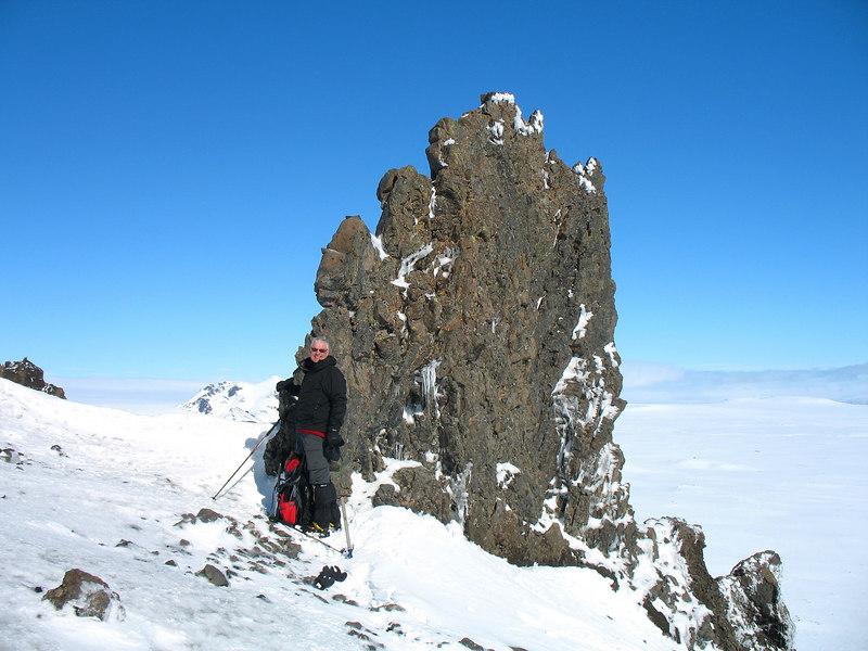 Önnur mynd af Þórhalli við bergganginn.