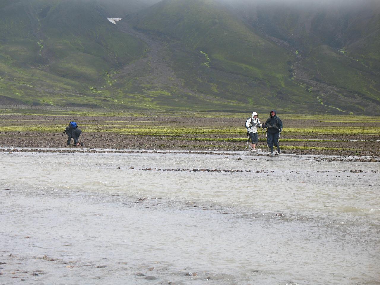 Það er ekki tekið út með sældinni að vaða jökulár í strekkingsvindi og rigningu. Það hjálpar þó að vera í regnbuxunum.