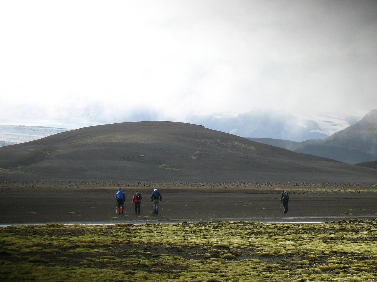 """Horft á eftir """"órólegu deildinni"""" arka að Slysaöldu."""
