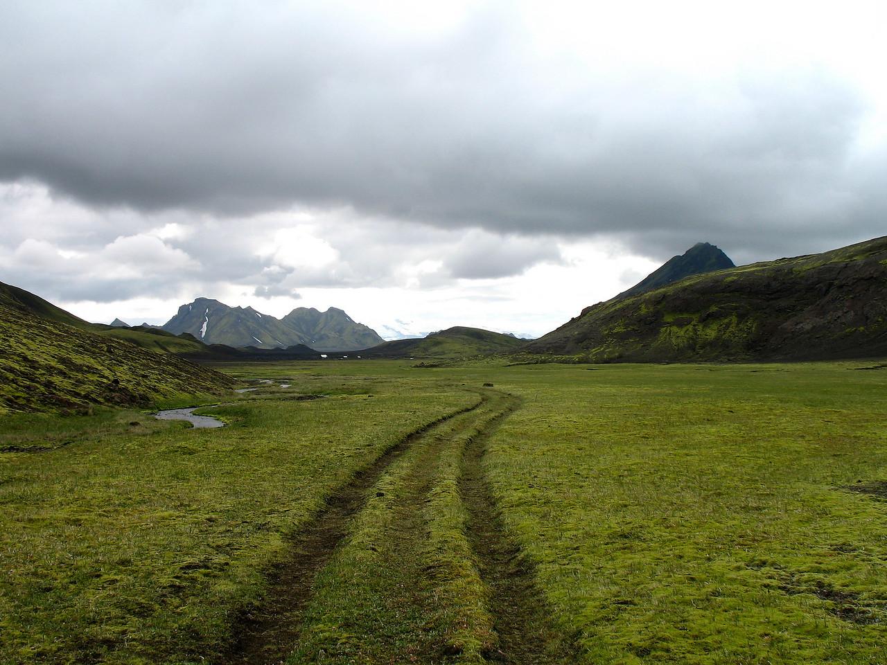 Horft út Hvanngil, að baki húsanna sést Stórkonufell, glittir í Stóru-Súlu hægra megin.