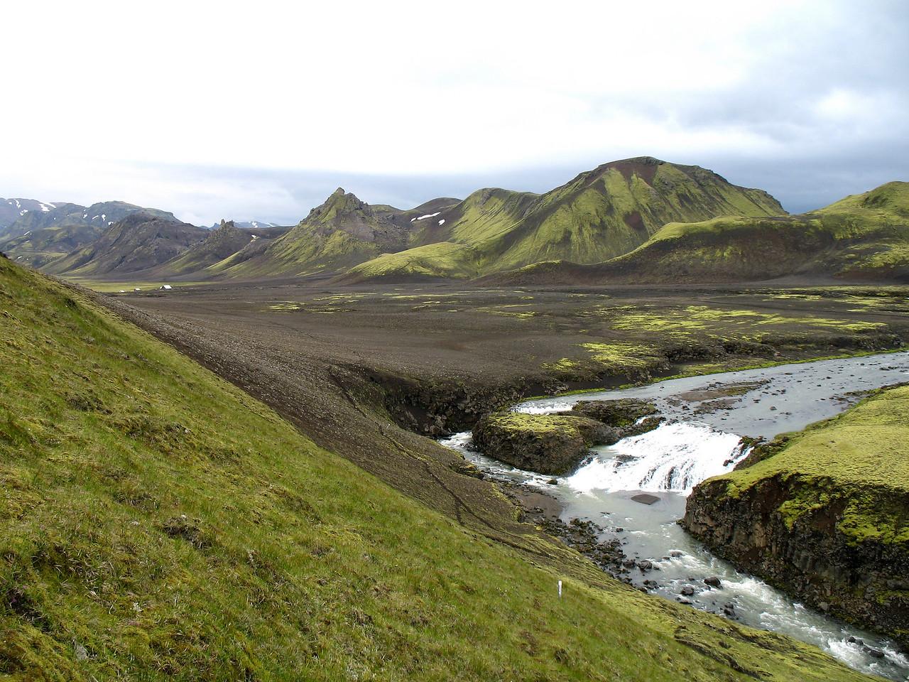 """Mig minnir að þessar flúðir í Kaldaklofskvíslinni heiti """"Faldur"""" en er samt ekki viss. Í baksýn sjást Hvanngilshnausar, þangað fórum við næst."""