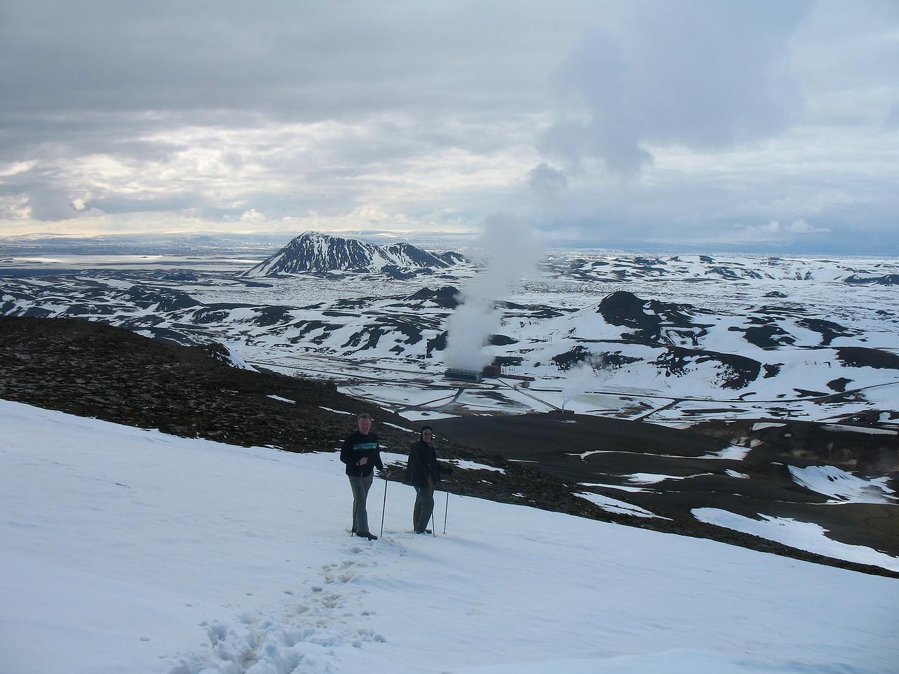Á niðurleið, Hlíðarfjall og Kröfluvirkjun í baksýn. Vindbelgjarfjall er í hvarfi bak við Hlíðarjall.