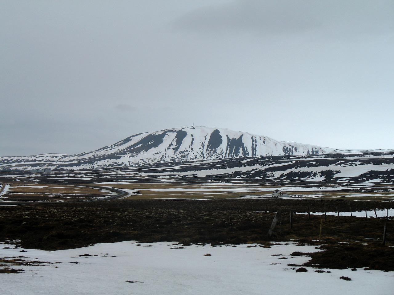 Húsavíkurfjall. Gengið er á fjallið eftir VEGI sem liggur upp norðuröxlina (til vinstri á myndinni)