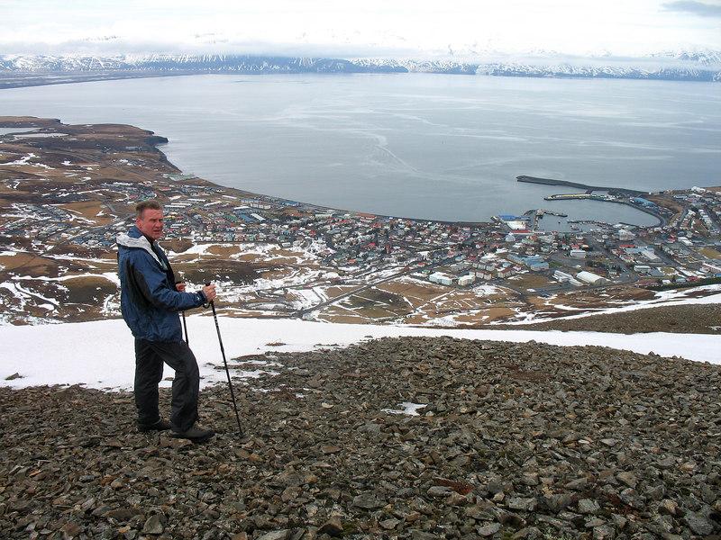Gunnar horfir yfir Húsavík.