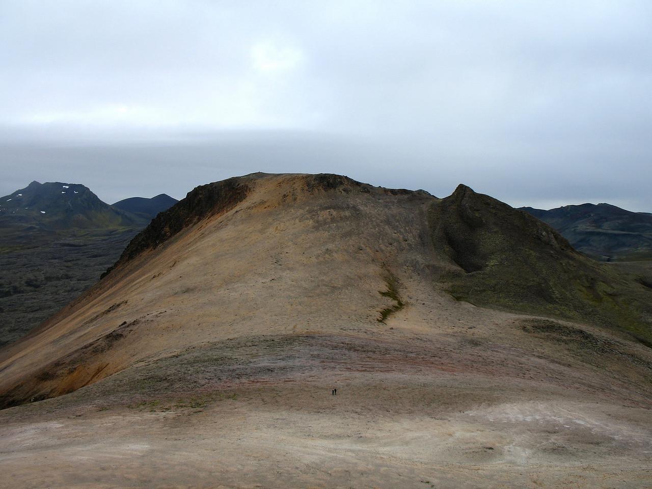 Í Drápuhlíðarfjalli er eins konar söðull - her er horft af fyrri hnjúknum til þess síðari, þ.e.a.s. í suður.