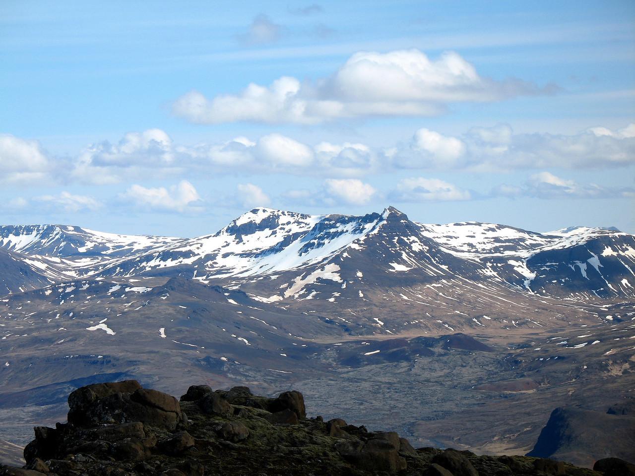 Nærmynd af Tröllakirkju í Hítardal - hún er lengst til vinstri í fjallaklasanum fyrir miðri mynd, hitt eru svo Smjörhnjúkar.