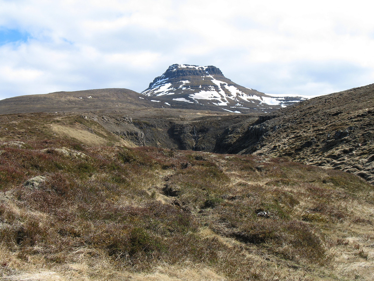 Þótt þessi mynd sýni það varla þá var sólbaðsveður, þarna lágum við drykklanga stund og nutum hvíldarinnar og útsýnis til Hrútaborgarinnar.