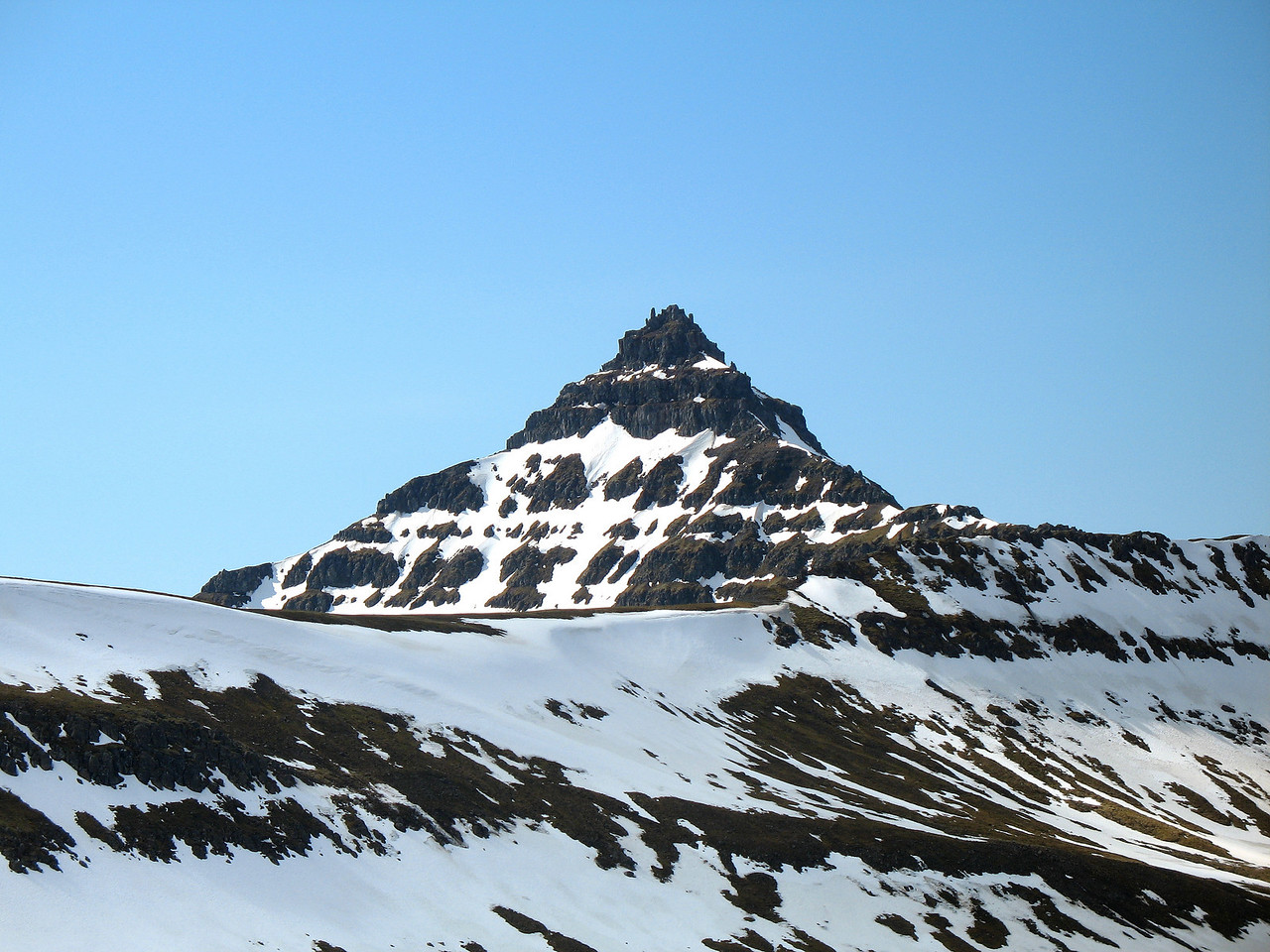 Steinahlíð í Kolbeinsstaðafjalli, að baki hennar er svo Tröllakirkja.